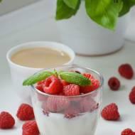 Deser jogurtowy z malinami