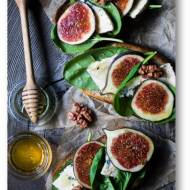 Grzanki z serem pleśniowym, szpinakiem, figami i miodem