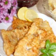 Smażona ryba i zestaw surówek