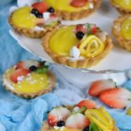 Kruche babeczki z lemon curd i owocami