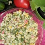 Sałatka z surimi, korniszonów i jajka