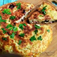 Zapiekanka ziemniaczana z szynką, serem i grzybami – smażona na patelni