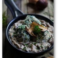 Szpinakowe knedle z czerstwego pieczywa, z grzybowym ragout, czyli sosem z grzybami