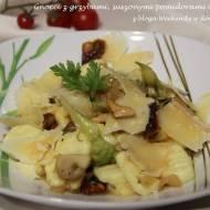Gnocchi z grzybami, romanesco i suszonymi pomidorami