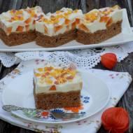 Ciasto marchewkowe z jogurtową pianką i galaretką.