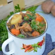 Gulasz ziemniaczany z karkówką, podgrzybkami i warzywami