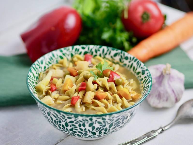 Jesienna zupa z warzywnym makaronem