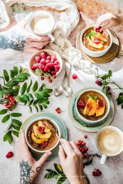 Pudding owsiany z brzoskwiniami i kajmakiem
