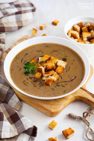 Restauracyjny przepis na kremową zupę grzybową z grzankami