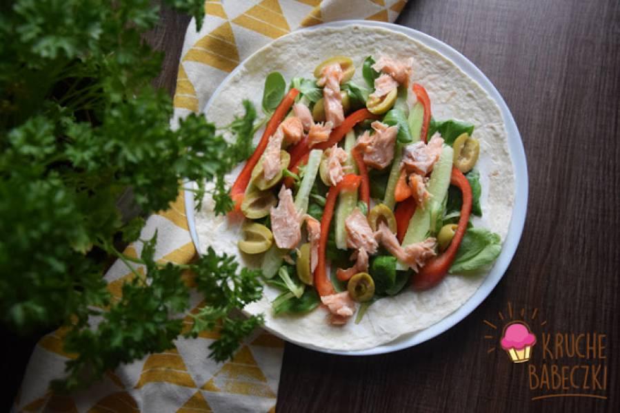 Tortilla z łososiem i warzywami