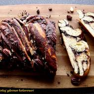 Warkocz drożdżowy z czekoladą i z orzechami pekan