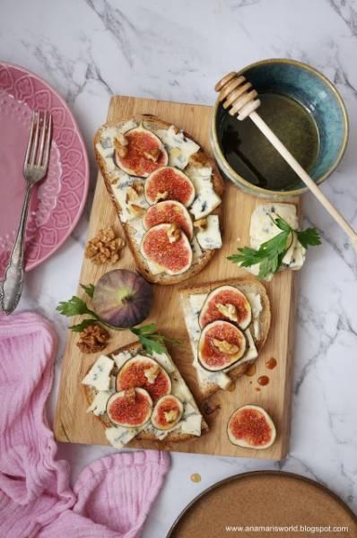 Kanapki z serem pleśniowym, miodem i figami