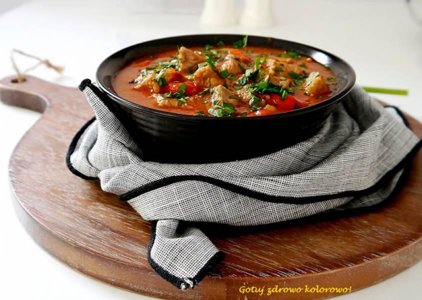 Gulasz z indyka w sosie pomidorowym z papryką