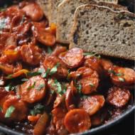 Kiełbasa smażona z cebulą w sosie pomidorowym