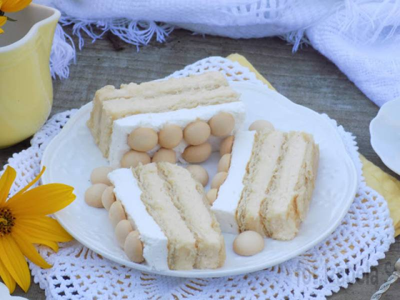 Sernik gotowany na krakersach z bitą śmietaną.
