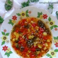Zupa z pieczoną papryką, jarmużem, czosnkiem niedźwiedzim i parmezanem