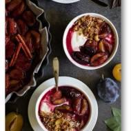 Śniadanie lub deser – jogurt z pieczonymi śliwkami i granolą