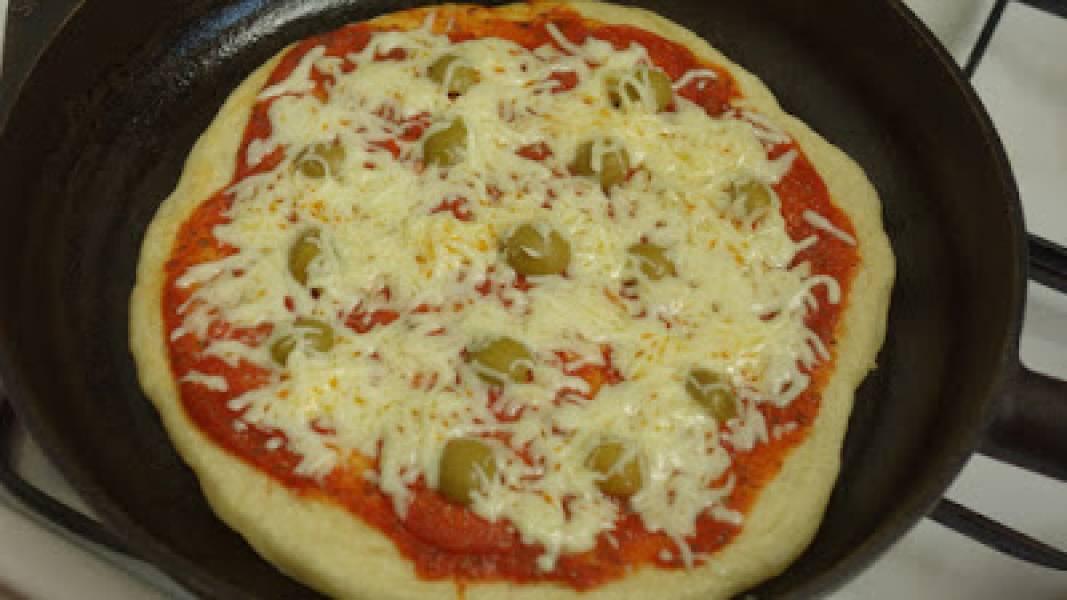 Pyszna pizza z patelni