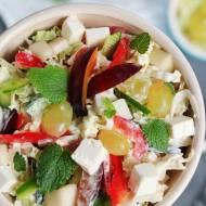Słodkie goni słone, czyli kolorowa sałatka z kapustą pekińską, serem feta, papryką i owocami