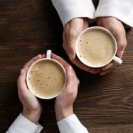 Spieniacz do mleka i kawa w kapsułkach – sprawdź, jak je wykorzystać, aby tworzyć wyjątkowe kawy mleczne!