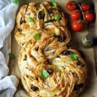 Zwijany chleb z suszonymi pomidorami i serem