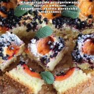 Najprostsze do przygotowania ciasto z owocami (jagodami, czarną porzeczką i morelami)