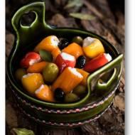 Przekąska z oliwek i marynowanych papryczek z  serem labneh lub z fetą