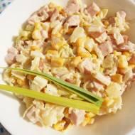 Sałatka królewska z szynką, jajkiem, ananasem, porem, kukurydzą i selerem