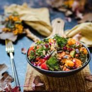 Sałatka z komosy ryżowej i dyni z pieczonymi warzywami i chipsami z jarmużu