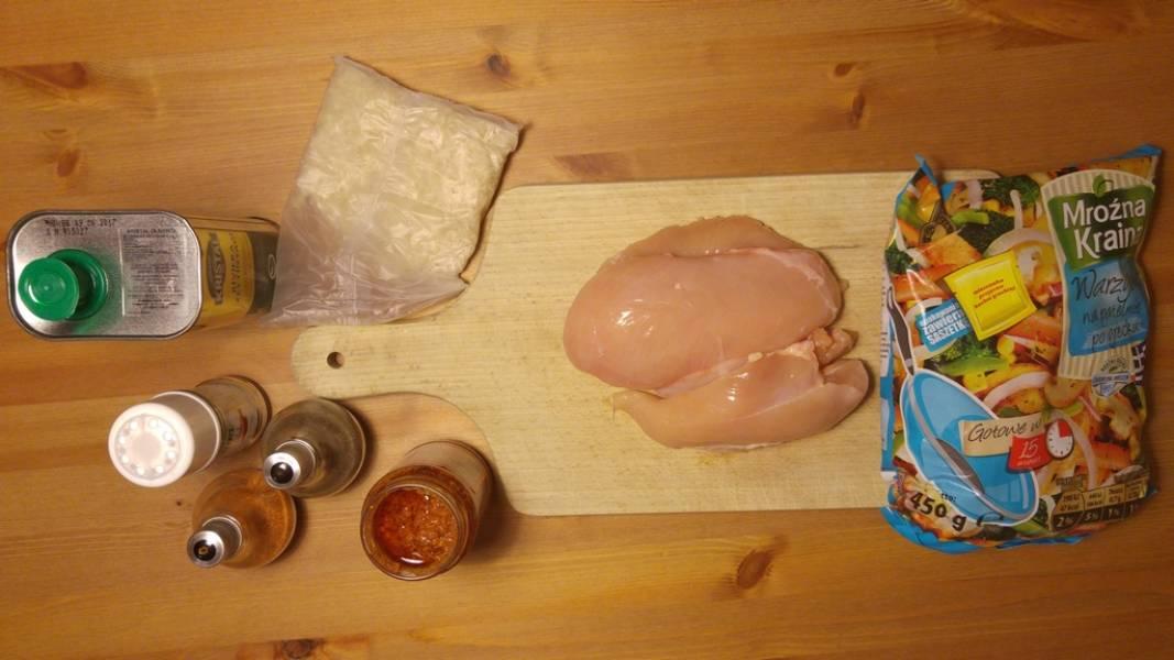 Kurczak z warzywami i pesto z makaronem