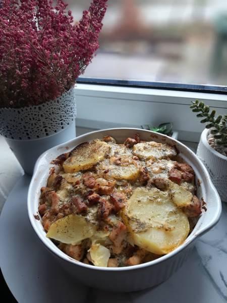 Zapiekanka ziemniaczana z boczkiem i kiełbasą
