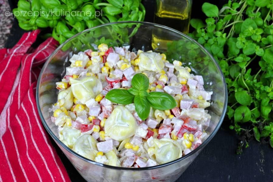 Sałatka z tortellini i ananasem – szybka i smaczna