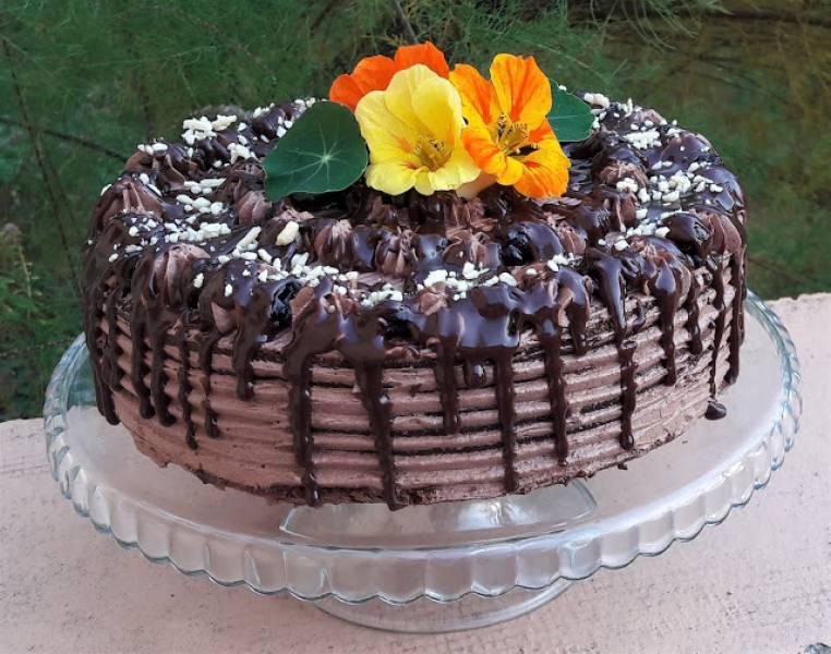 Tort czekoladowy z czarną porzeczką