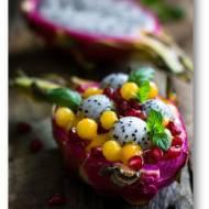 Egzotyczny deser z perełkami tapioki w musie z mango, z pitają i granatem