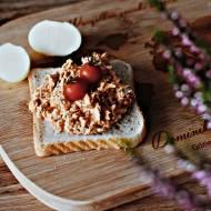 Pasta rybna w sosie pomidorowym – propozycja na szybkie śniadanie