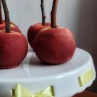 Jabłka na patyku na Halloween