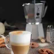 Najlepsze korzenne latte. Kawa pod białą chmurką.