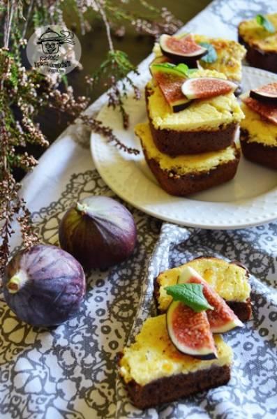 Kakaowa kostka z serem i figami.
