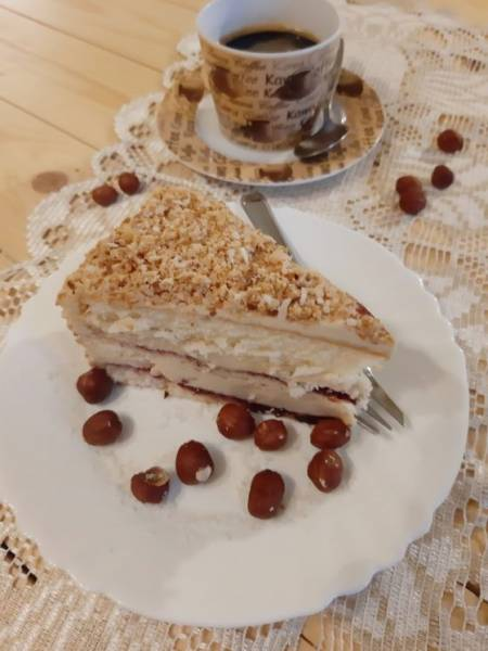 Tort chałwowy z konfiturą porzeczkową