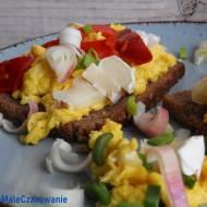 Kanapki z jajecznicą kokosową i serem pleśniowym