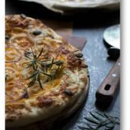 Pizza bez pomidorów, ale za to z ricottą, mozzarellą, dynią, czerwoną cebulą i rozmarynem