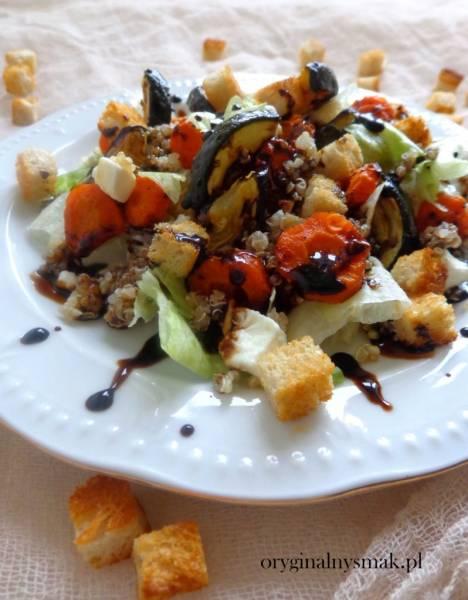 Sałatka z quinoa, pieczonymi warzywami, grzankami i sosem balsamicznym