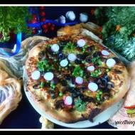 Pizza z pieczarkami, zielonym groszkiem i rzodkiewką