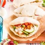 Domowa pita z hummusem, kurczakiem i warzywami