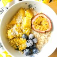 Śniadaniowe inspiracje: kokosowa owsianka z mango i marakują