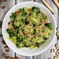 Wtorek: Sałatka z komosy z brokułem, migdałami i pistacjami