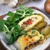 Rolada ziemniaczana z kiełbasą, cebulą i ogórkiem kiszonym