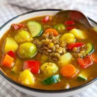 Rozgrzewająca i zdrowa wegańska zupa jarzynowa z soczewicą. PRZEPIS
