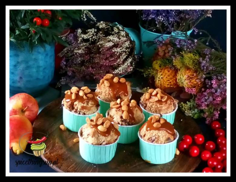 Muffins with apples, salted caramel and roasted peanuts