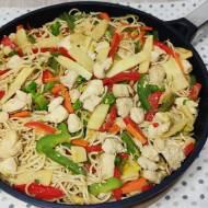 Makaron z kurczakiem i warzywami po chińsku